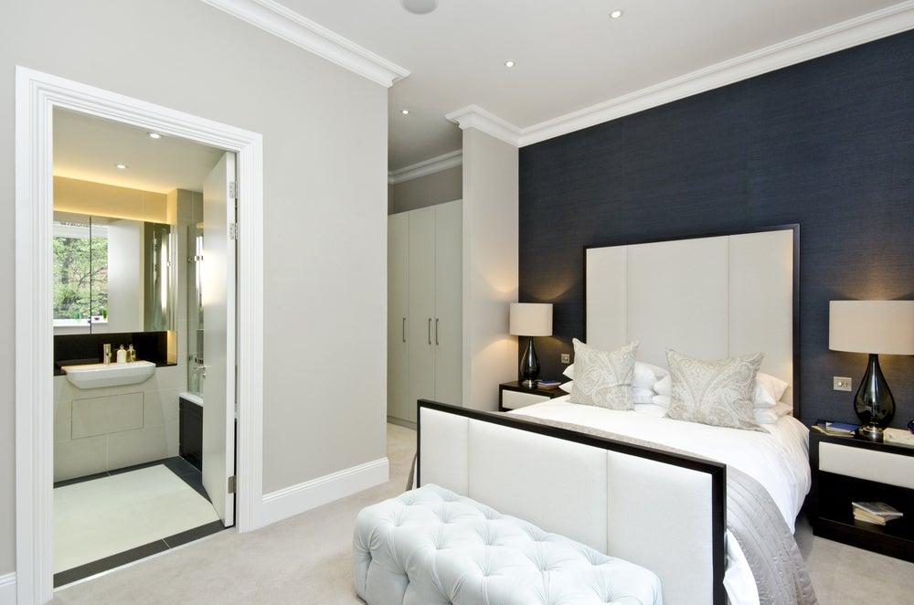 4 ventajas y desventajas de tener un baño en el dormitorio