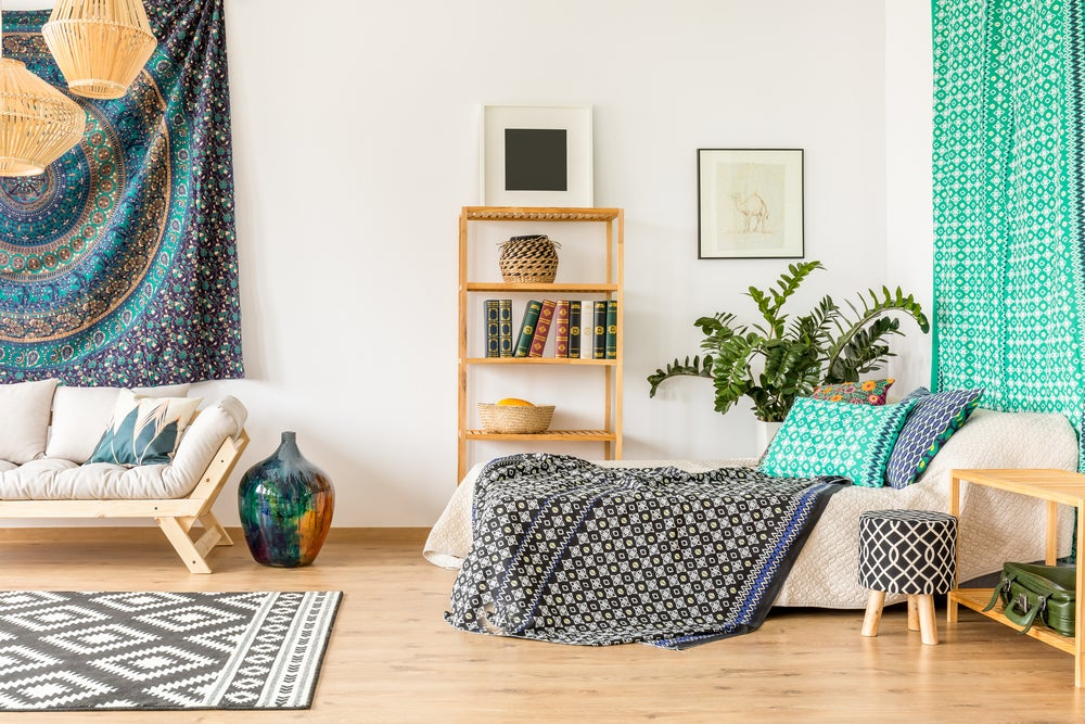 Dormitorio bohemio con mandalas.