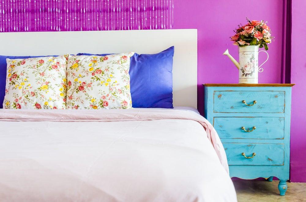 Dormitorio de colores vivos.