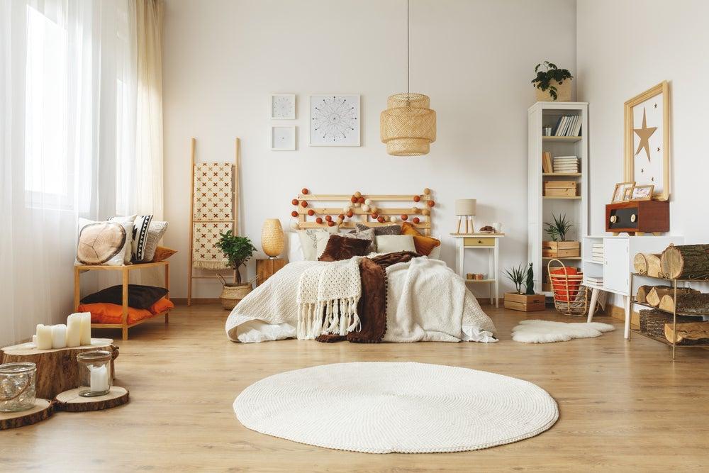 Dormitorio con materiales naturales.