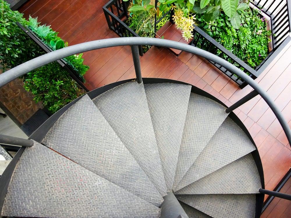 Escalera de caracol metálica para el exterior.