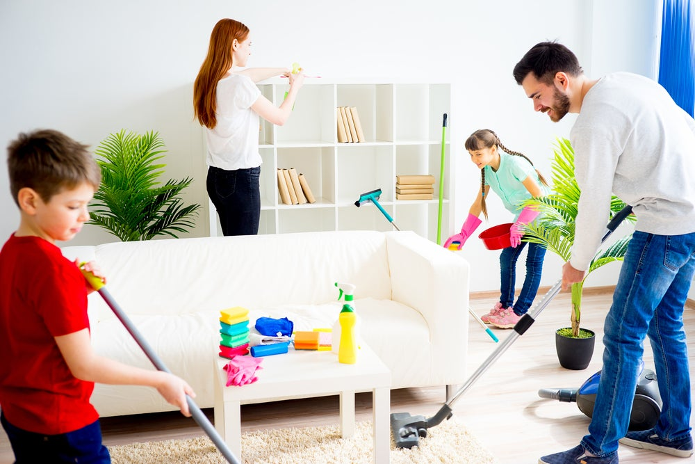 Familia limpiando.