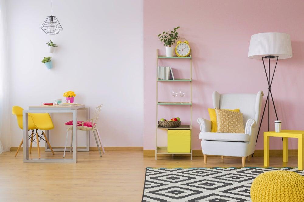 Habitación con colores claros: rosa, amarillo, blanco, madera.