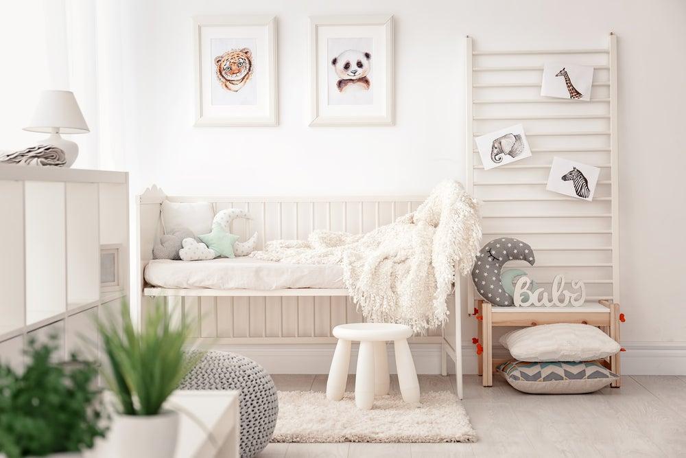 Habitación infantil con colores cálidos.