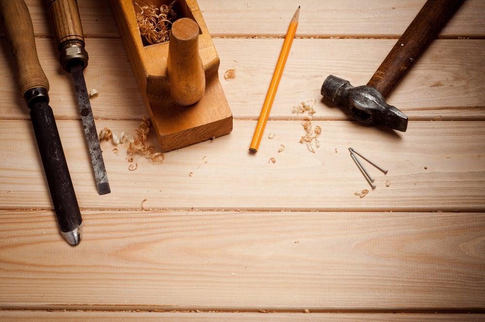Herramientas necesarias para transformar la puerta en mesa.