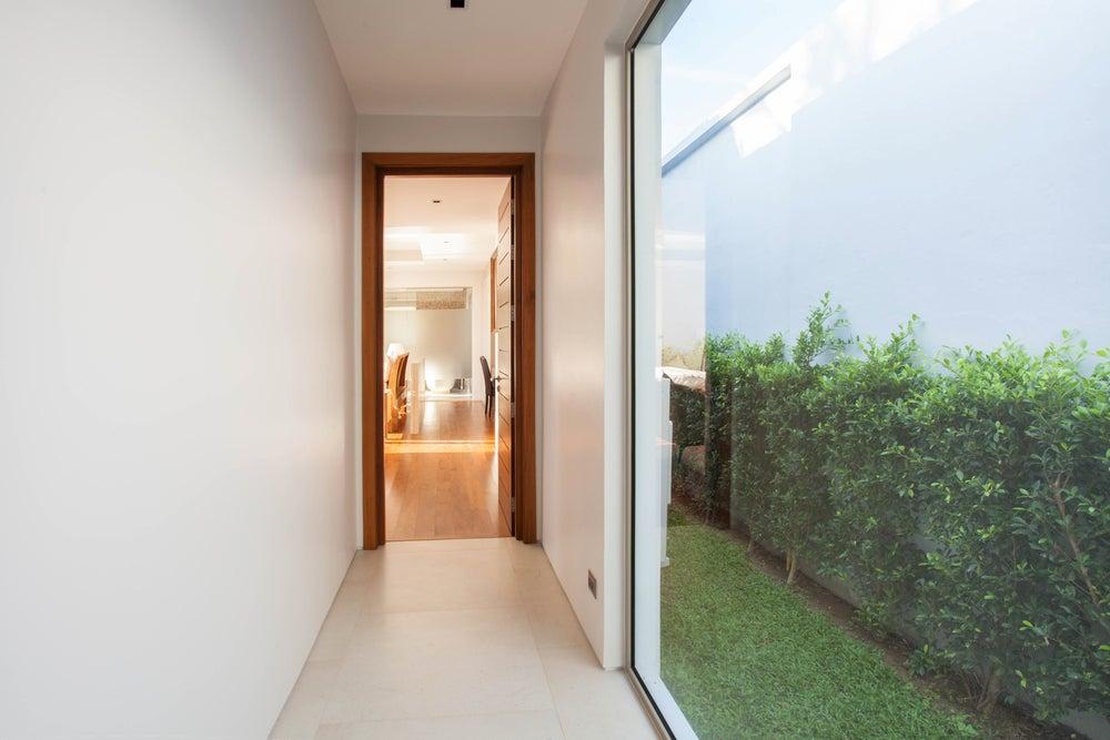 Iluminación natural mediante un ventanal en el pasillo.