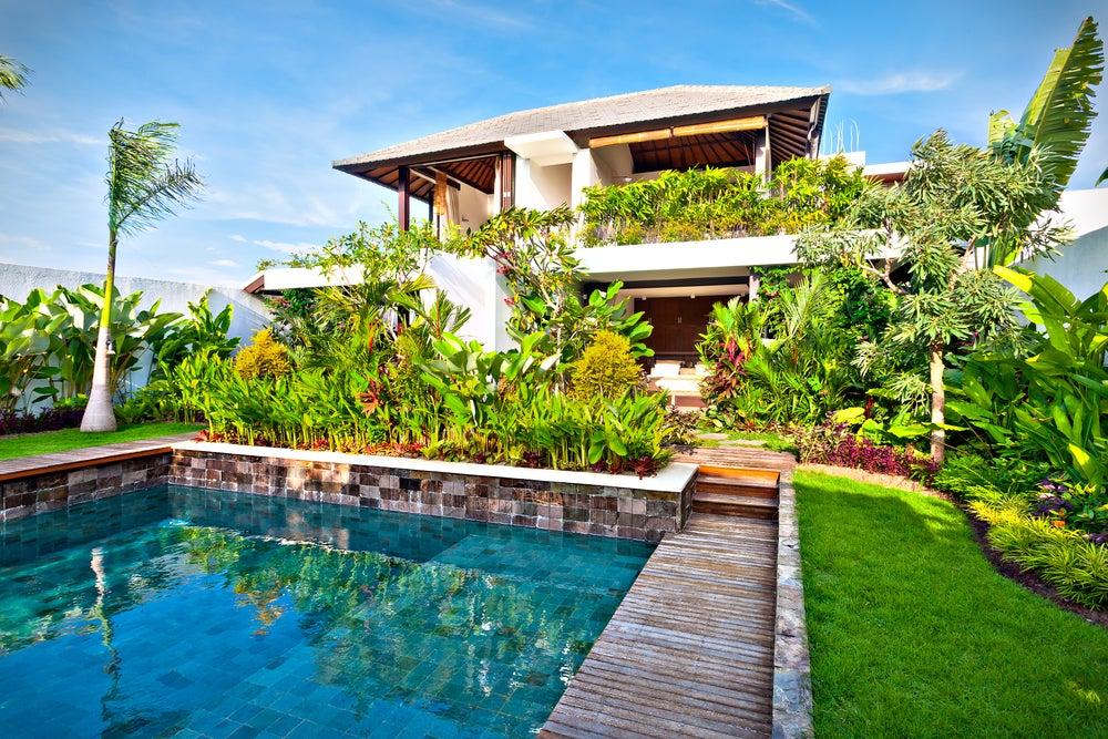 Jardín con piscina y perímetro de seguridad.
