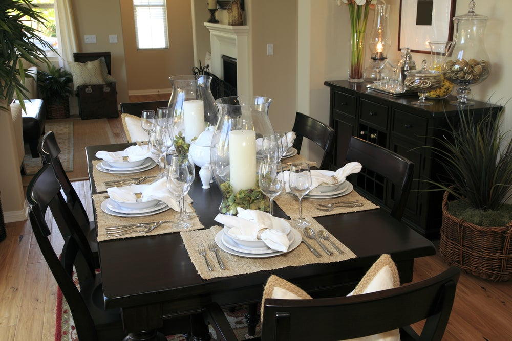 Showing how to decorate the dining room table