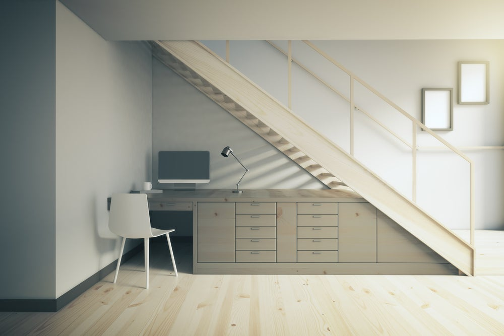 Mesa para el despacho debajo del hueco de la escalera.