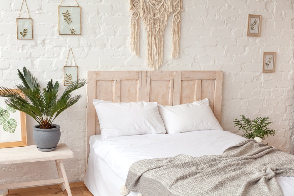 Pared de la cama decorado con macramé.