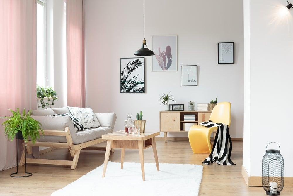 Paredes blancas combinadas con materiales naturales y colores pastel.