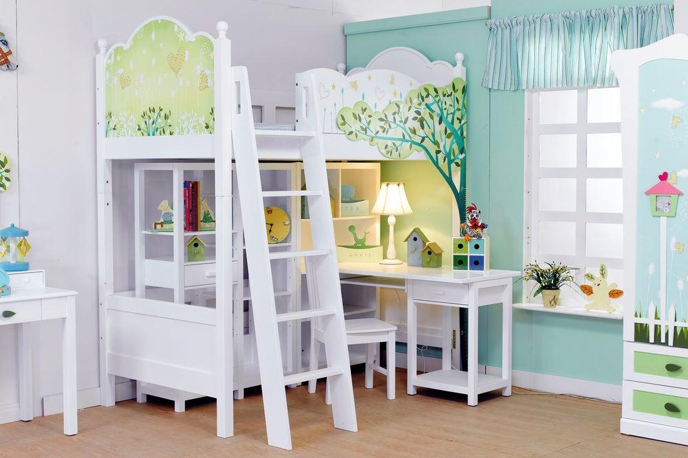 Habitación decorada en sintonía con sus paredes.