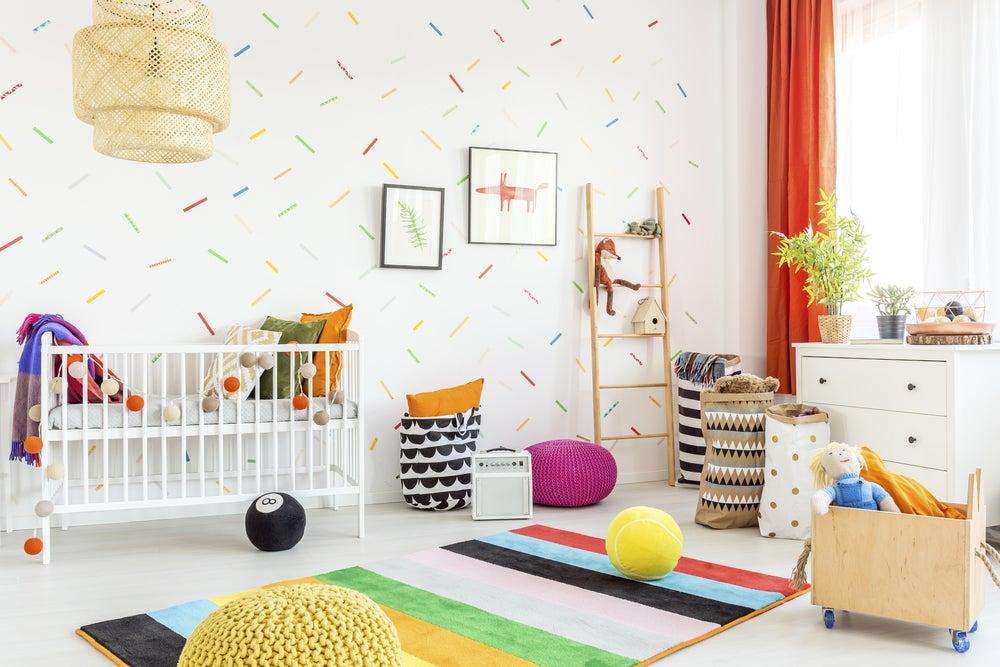 Paredes de una habitación infantil con rayas de colorines.