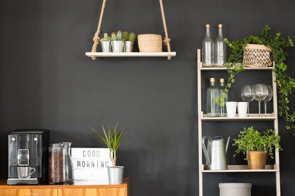 Plantas en una escalera para cocina a modo de estantería.