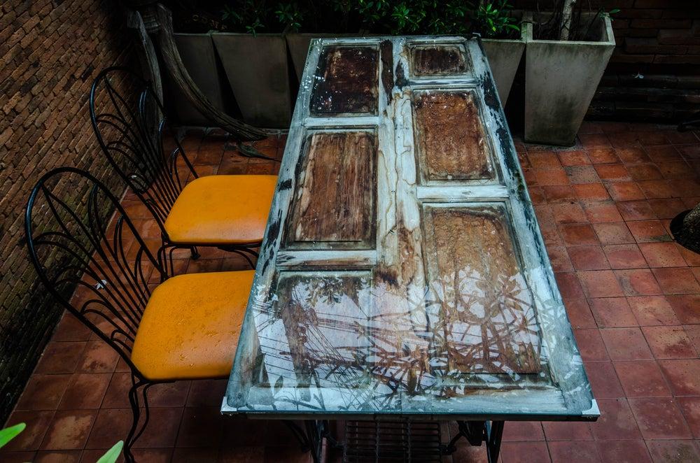 Puerta convertida en mesa.