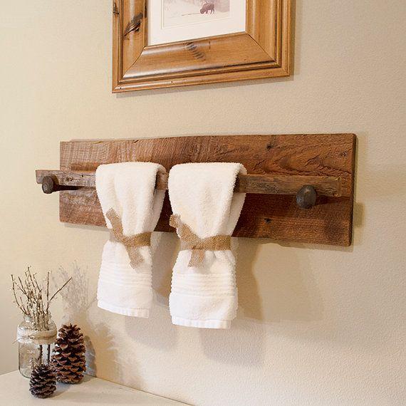 Toallero hecho con una tabla de madera.