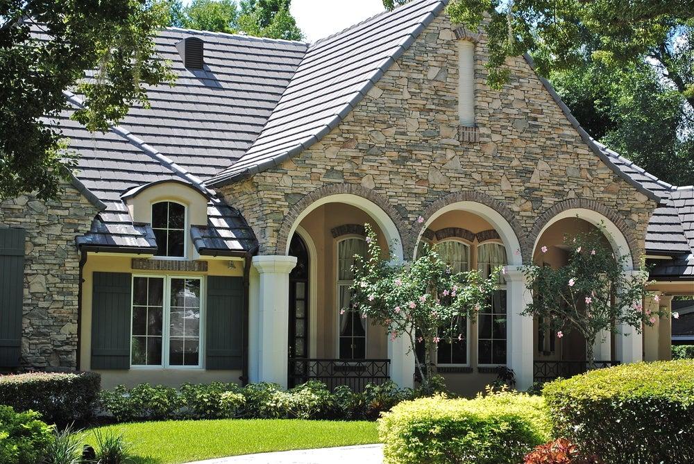 Fachada de una casa de piedra.
