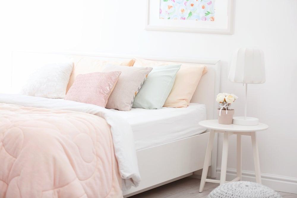 Dormitorio de tonos pastel.