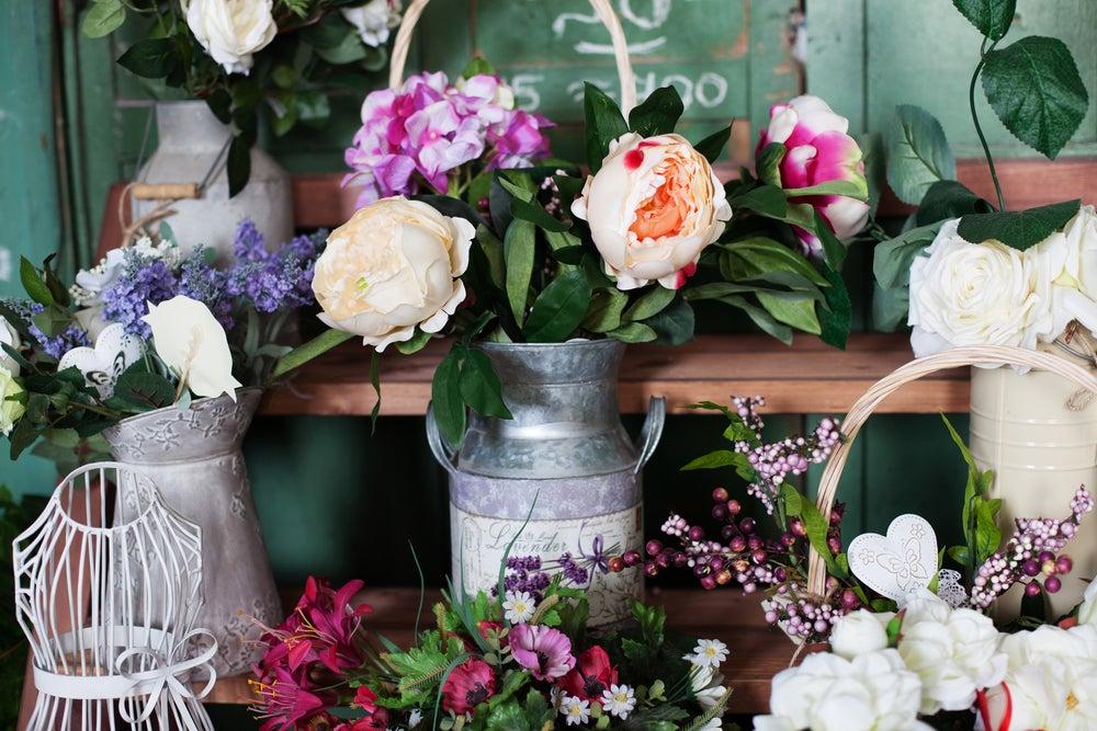 Jarrones con flores.