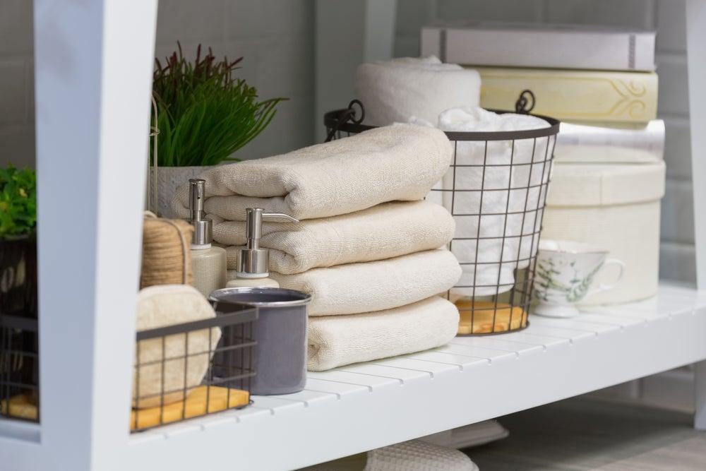 Organizar los productos de higiene para el baño.
