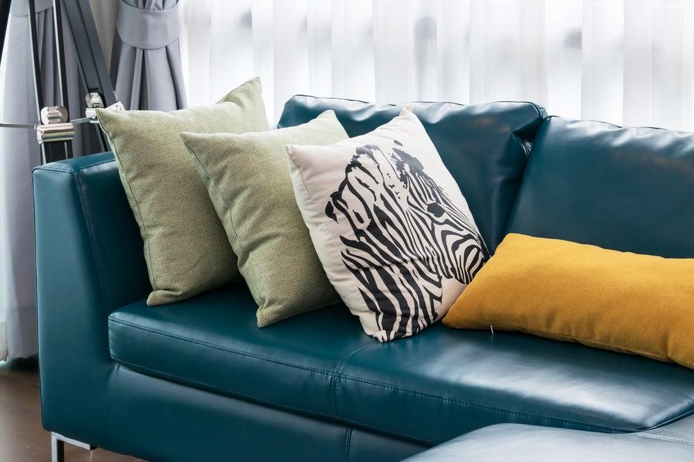 Sofá de color azul moody.