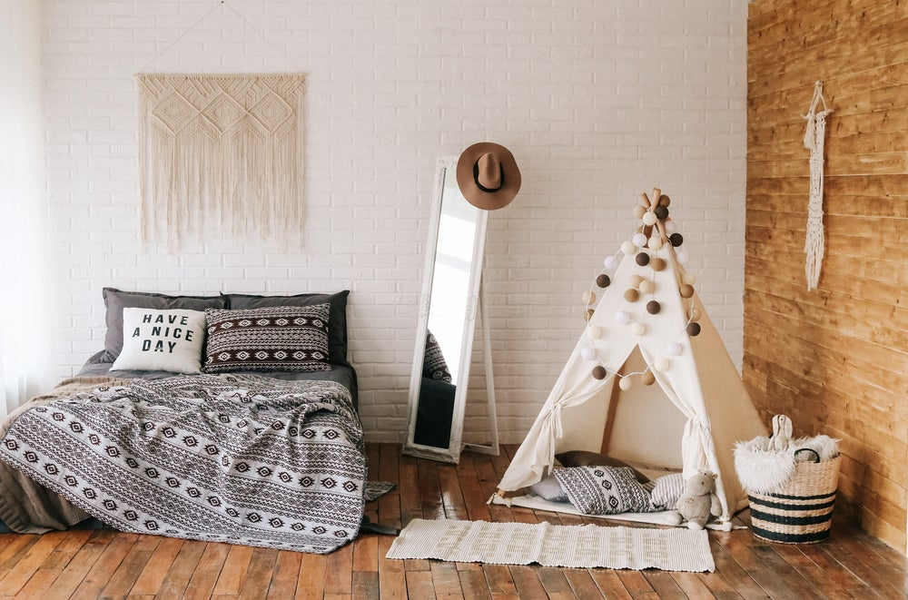 Dormitorio gris y marrón.