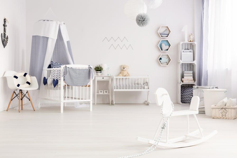 Habitación para bebé en blanco.