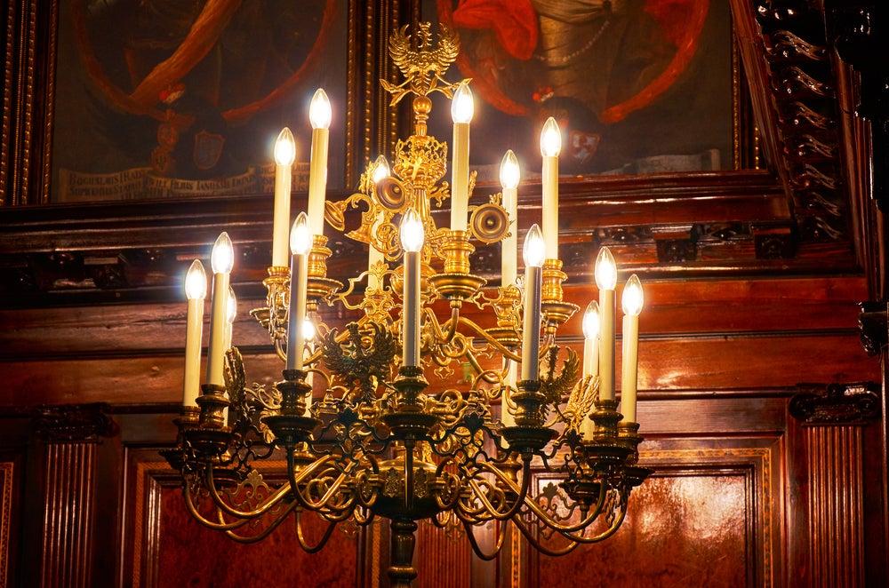 Iluminación mediante candelabros.