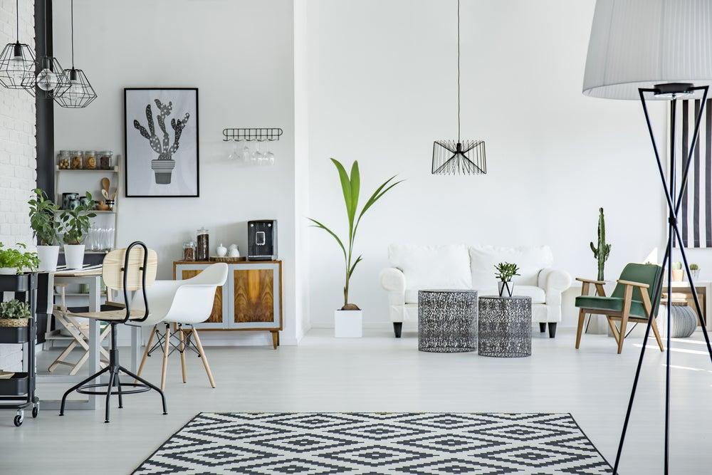 Salón con dos ambientes: oficina y salón.