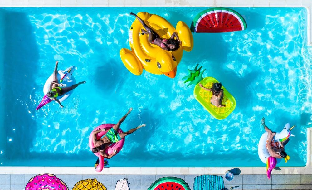 8 mejores colchonetas para tomar el sol en la piscina este verano