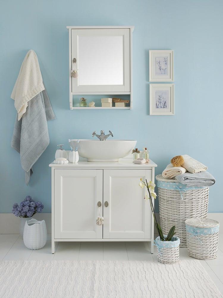 Baño con espejo y cuadro