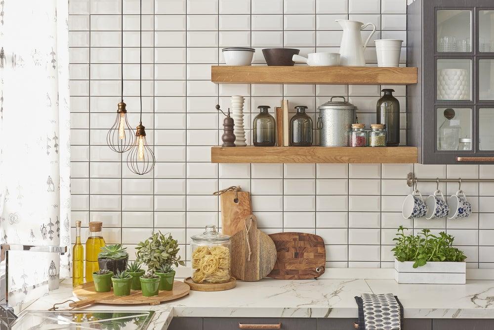 Cocina con pared de baldosas blancas