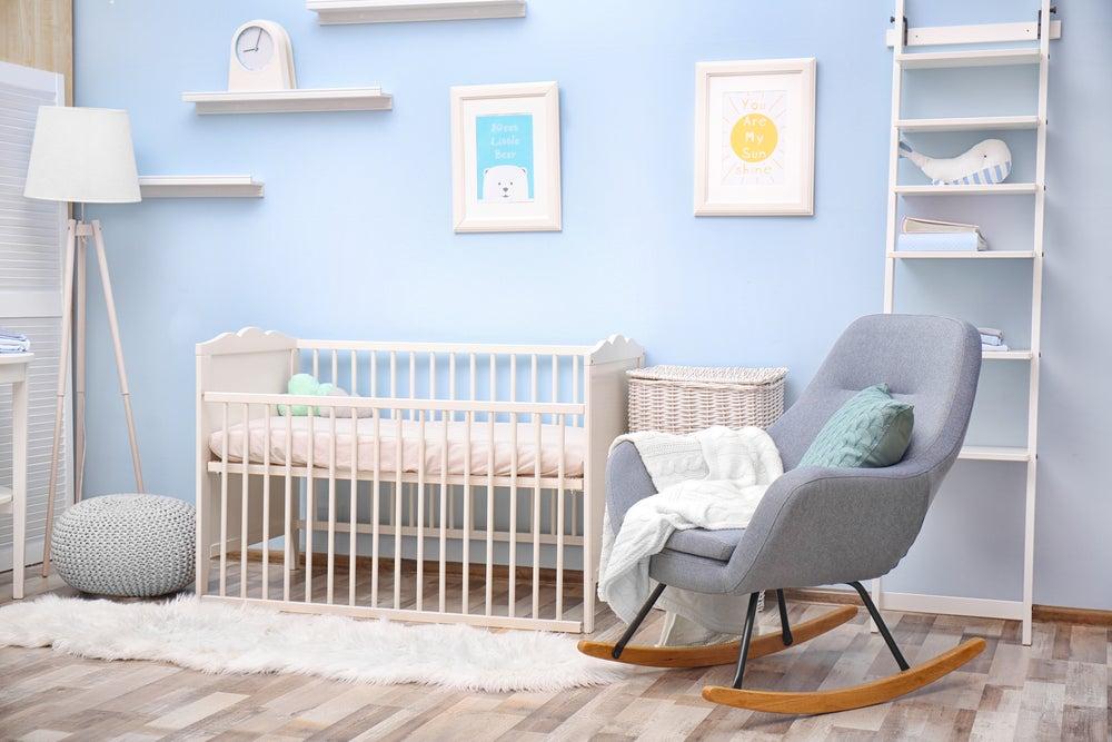 habitación de bebé con mecedora
