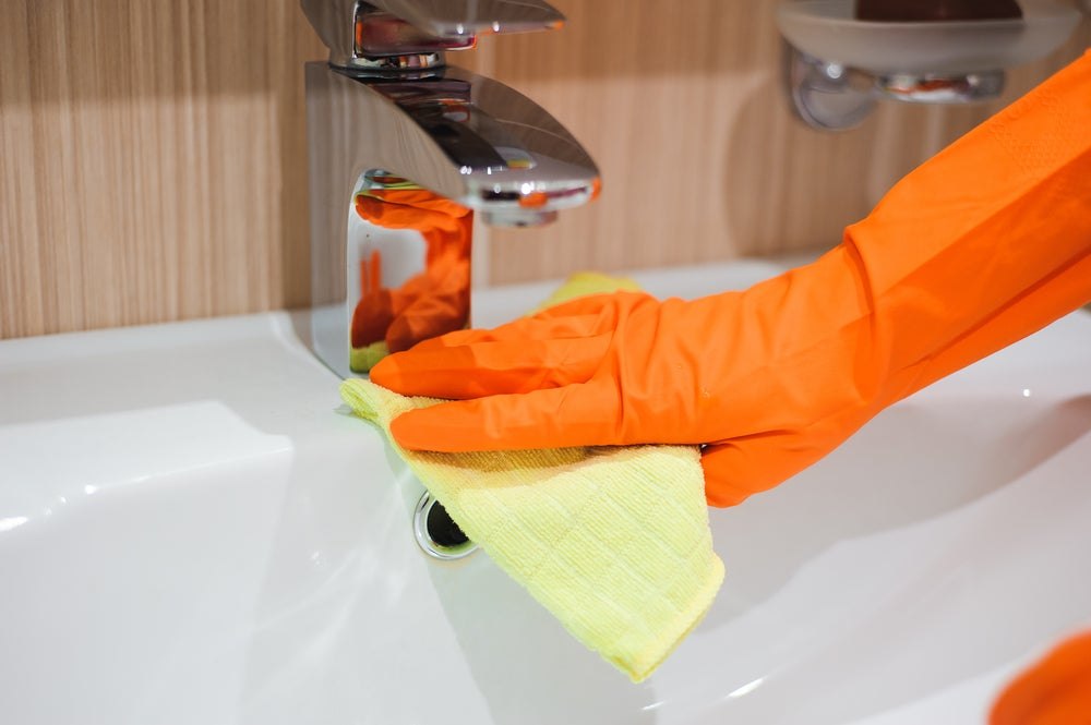 limpiar el baño con guantes