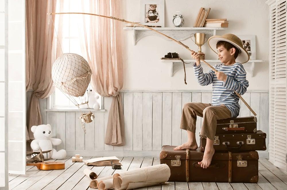 Niño jugando en su habitación