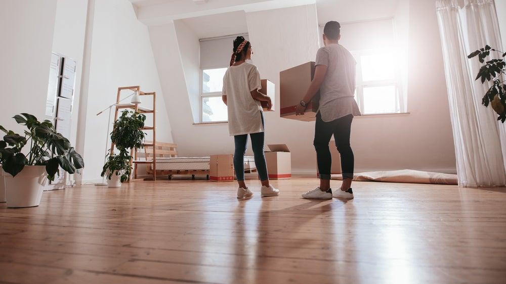 pareja joven en apartamento nuevo