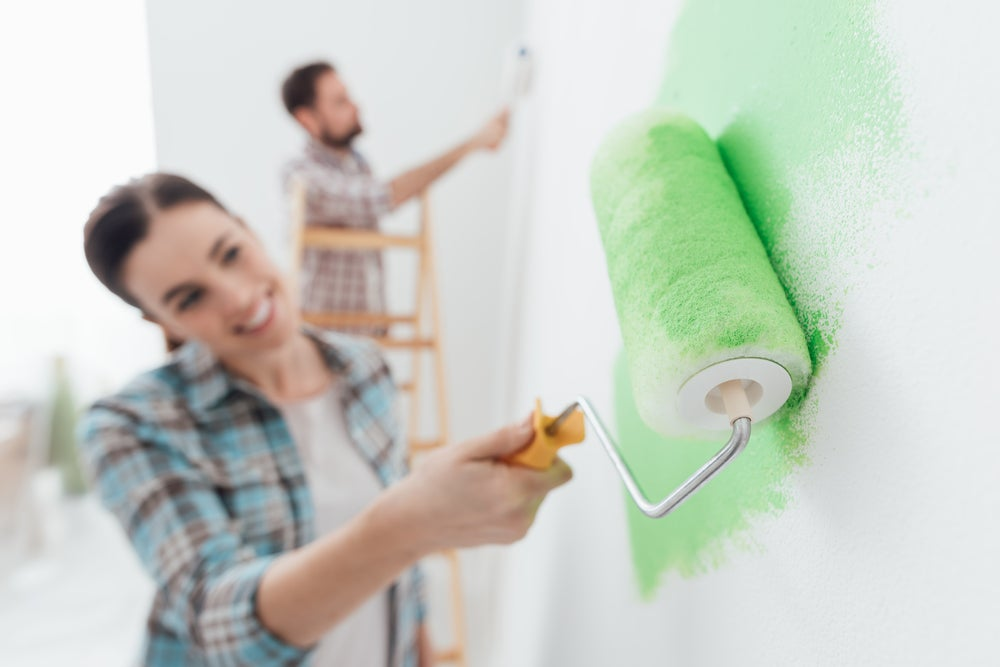pareja pintando pared