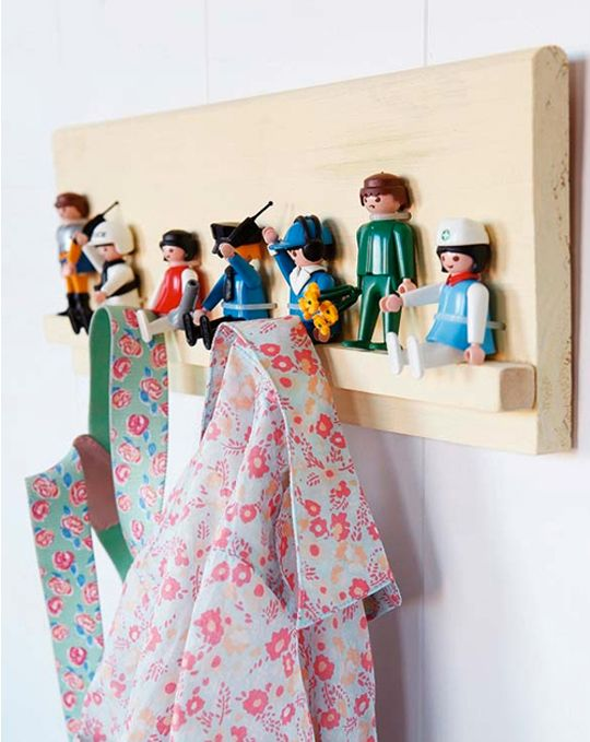 perchero infantil hecho con Playmobil