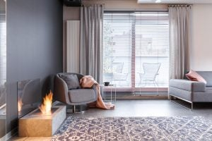 salón con chimenea, cortinas y estor