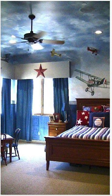 aviones colgantes en habitación infantil