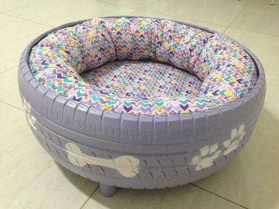 cama morada para tu mascota con neumático