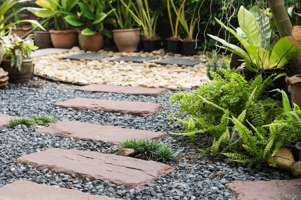 caminos en el jardín con placas dispersas