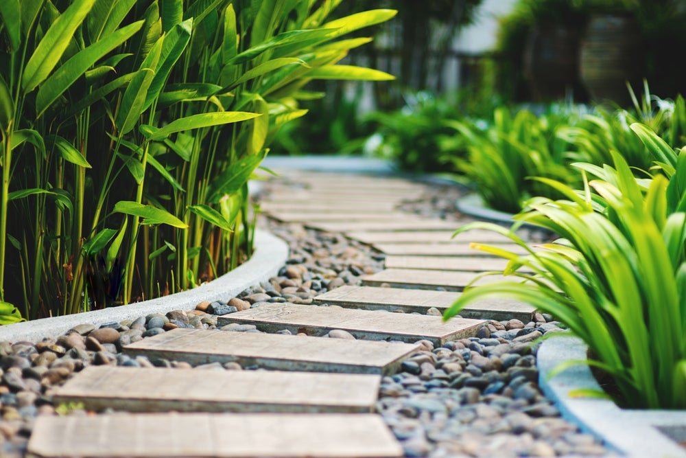 caminos en el jardín con piedras