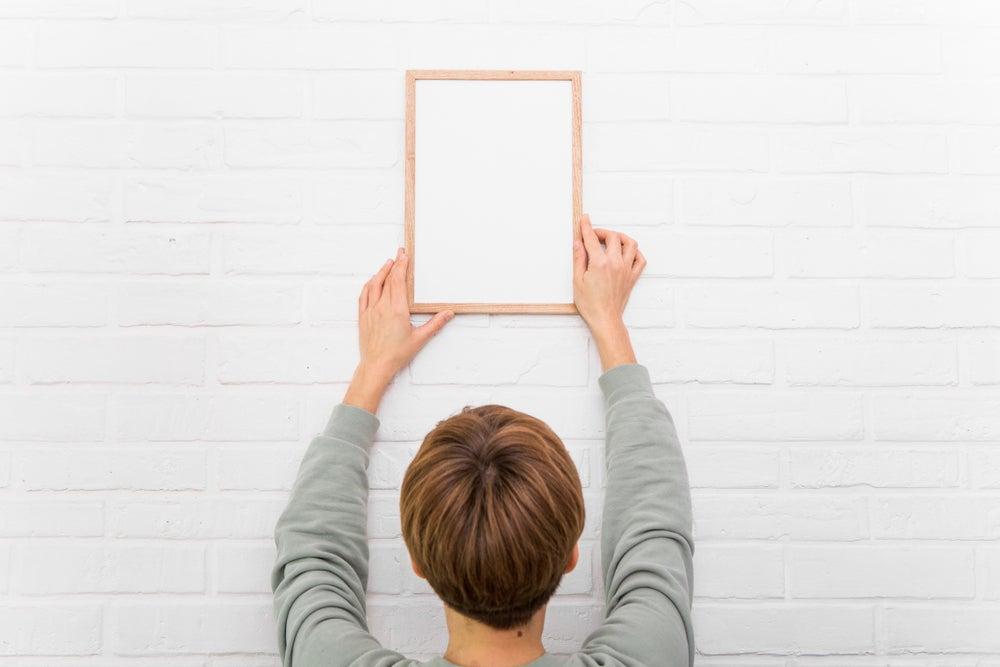 Colgar cuadros sin estropear las paredes