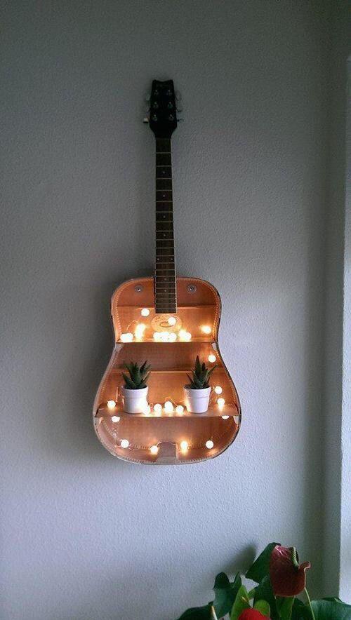 estantería con guitarra