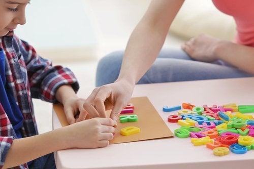Hacer un crucigrama para colgar puede ser una excelente opción como actividad familiar.