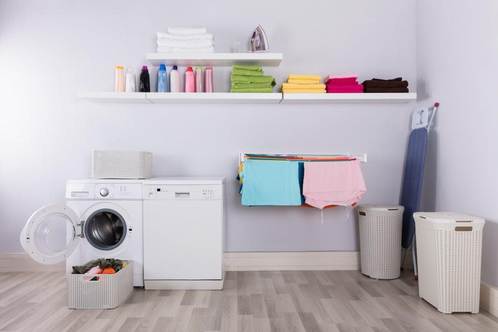 Botes de limpieza en el cuarto de lavado.