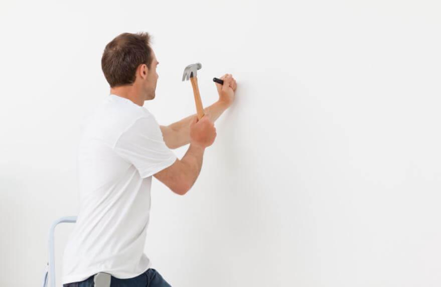Hay varios trucos para clavar un clavo en la pared sin dañarla.