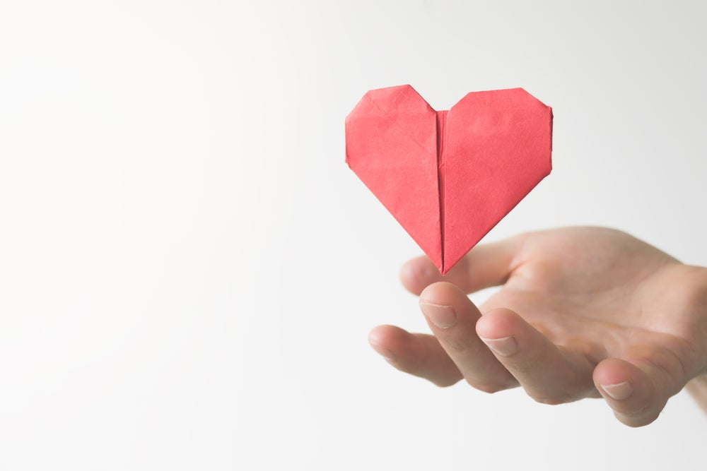 Corazón rojo de origami.