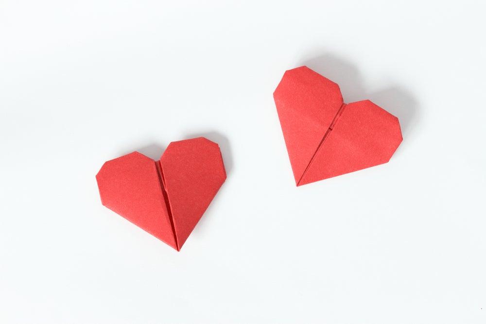 Corazones rojos de origami.